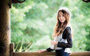 Картинки Азиатки Размытый фон Поза Смотрит Руки Шатенка девушка