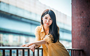 Фотография Азиатки Боке Позирует Рука Смотрит девушка