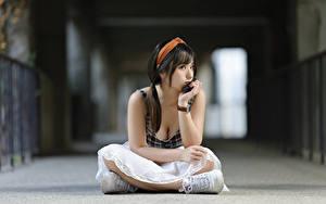 Картинка Азиатки Размытый фон Позирует Сидит молодые женщины