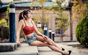 Фотография Азиаты Размытый фон Позирует Сидит Ноги Шатенки Лестница молодая женщина