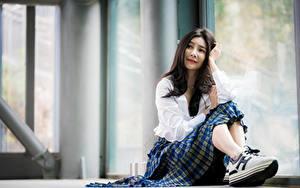 Обои для рабочего стола Азиаты Боке Сидящие Брюнеток Юбки Кроссовках молодые женщины