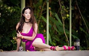 Картинка Азиатки Боке Сидящие Платья Вырез на платье Шатенки Ног девушка