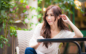Картинки Азиатки Боке Сидящие Рука Шатенки девушка
