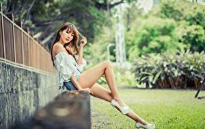 Фотография Азиатка Боке Сидящие Ноги Шатенка Взгляд Красивая молодые женщины