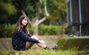 Фото Азиатки Боке Сидящие Ног Куртке Шатенки девушка