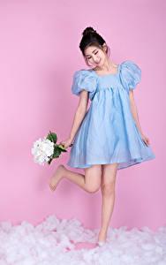 Фотографии Азиатка Букеты Платье Цветной фон Улыбается