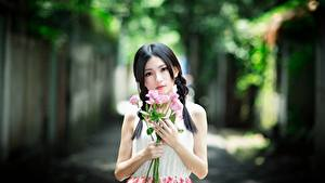Картинка Азиатки Букет Роза Размытый фон Брюнетка Смотрит Руки Девушки