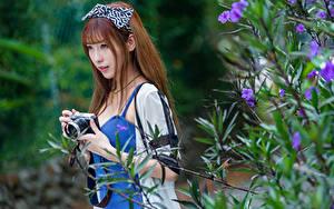Обои Азиатки Ветки Боке Фотоаппарат Смотрит Шатенки Девушки