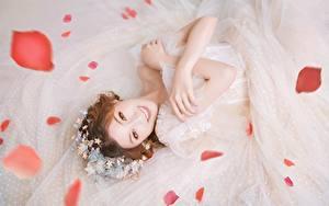 Картинки Азиатки Невеста Платье Рука Шатенка Смотрит Улыбка Лепестков молодые женщины