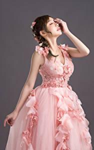 Фотографии Азиаты Невесты Платье Розовая Прически Руки Поза Девушки