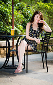 Обои Азиаты Шатенки Стулья Сидит Платье Улыбка Взгляд девушка