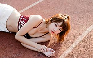Фото Азиаты Шатенка Смотрит Декольте Рука Живот Лежат девушка