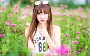 Фото Азиатки Шатенки Смотрит Очках Руки Боке молодая женщина