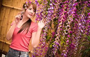 Фото Азиаты Шатенки Смотрят Руки молодая женщина