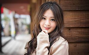 Фотография Азиаты Шатенки Взгляд Улыбка Рука Размытый фон девушка
