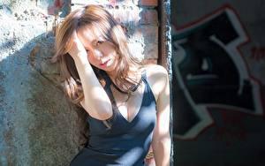 Картинки Азиаты Шатенка Рука Смотрят Декольте молодая женщина
