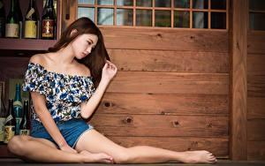 Фото Азиатка Шатенки Рука Ноги Сидит Поза