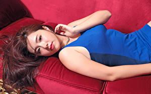 Фотография Азиаты Шатенки Лежит Взгляд Платья Руки молодые женщины
