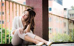 Фотография Азиаты Шатенки Сидя Ноги Размытый фон девушка