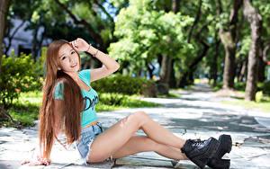Обои Азиаты Шатенки Сидит Улыбка Шорты Руки Ноги Ботинка девушка