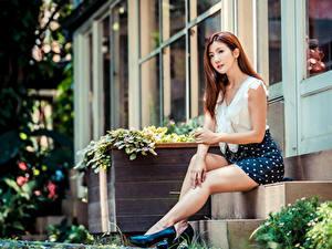 Картинки Азиатка Шатенки Сидящие Туфель Ноги Юбке Блузка Размытый фон Лестницы Девушки