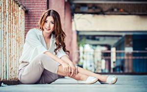 Картинка Азиатки Шатенка Сидит Штаны Блузка Взгляд Боке молодые женщины