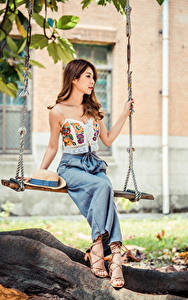 Фотография Азиатка Шатенки Качели Сидя Шляпе молодая женщина