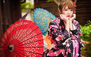 Фото Азиаты Шатенки Зонт Кимоно Рука Сидящие Взгляд девушка