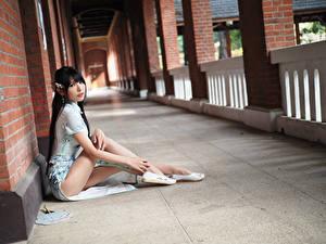 Обои Азиаты Брюнетки Платья Сидит Ног Взгляд девушка