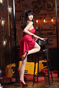 Картинка Азиатки Брюнетки Позирует Платье Ноги Туфель Смотрит молодая женщина