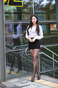 Обои Азиаты Брюнетки Поза Ноги Юбка Блузка Улыбка Взгляд молодые женщины