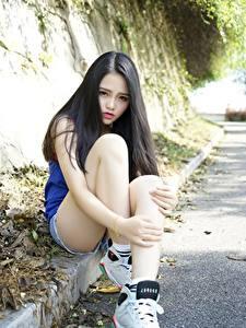 Фото Азиатка Брюнеток Сидит Рука Ног молодые женщины