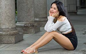 Картинки Азиатки Брюнетки Сидящие Ноги Улыбается Шорт Блузка Девушки