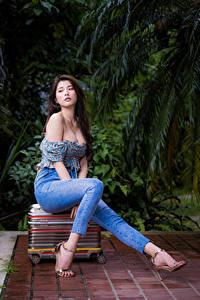 Картинка Азиатка Брюнетка Сидит Чемодан Ноги Джинсы Блузка Девушки
