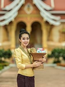 Картинки Азиаты Брюнетки Улыбается Красивая Размытый фон молодая женщина