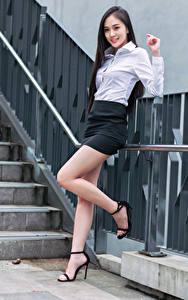 Фотографии Азиатки Брюнетки Улыбается Ног Юбки Блузка Смотрит девушка