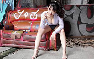 Обои Азиатка Брюнетка Диван Сидящие Ноги Шорт Блузка Вырез на платье Взгляд молодая женщина