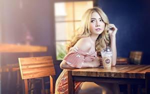 Фотография Азиаты Кафе Сидя Блондинки Размытый фон Взгляд Рука Девушки