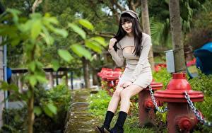 Фотография Азиаты Цепи Брюнетка Кепка Сидит Платье Рука Вырез на платье Ноги Сапогах девушка
