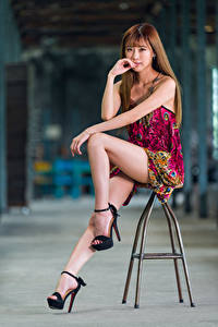 Обои Азиаты Стул Сидящие Платья Ноги Взгляд Шатенка Девушки