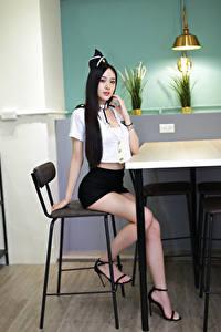 Картинка Азиаты Стулья Сидит Ноги Униформа Брюнеток Смотрят молодые женщины