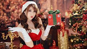 Фото Азиаты Рождество Шатенки Униформа Руки Перчатках Подарок Боке Девушки