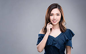 Фотография Азиатки Цветной фон Платье Рука Шатенки Миленькие Смотрит