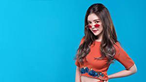 Фотографии Азиаты Цветной фон Взгляд Очки молодая женщина