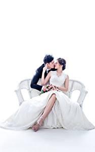 Картинки Азиатка Влюбленные пары Мужчины Белом фоне Скамья 2 Сидящие Свадьбы Платье Целование Невесты Женихом девушка