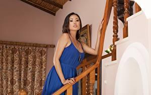 Обои для рабочего стола Азиатка Брюнетки Платье Рука Смотрят Davon Kim Девушки