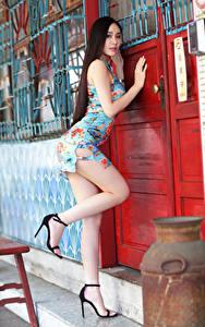 Картинки Азиаты Двери Позирует Платье Ноги Красивые молодая женщина
