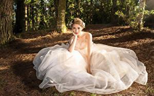 Фотографии Азиаты Платье Невесты Сидит Взгляд девушка