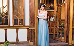 Фото Азиатка Платья Позирует Смотрят Дверь девушка