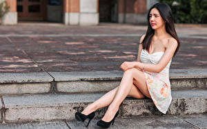 Фотографии Азиатки Платье Сидящие Ноги Туфлях Взгляд молодая женщина